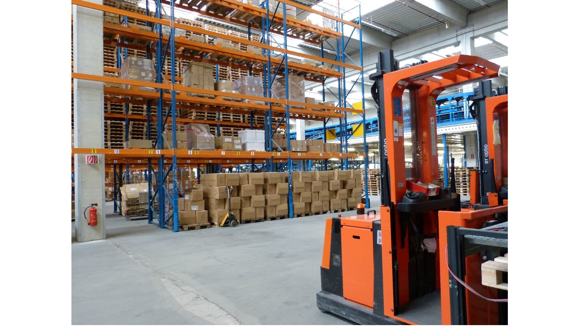【Aichi, Toyohashi】 Crawler belt assembly work in the warehouse